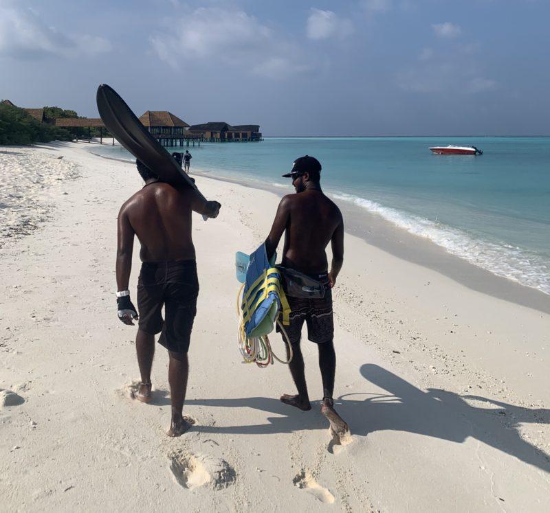 ビーチを歩くモルディブ人