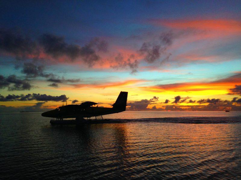 サンセットと水上飛行機