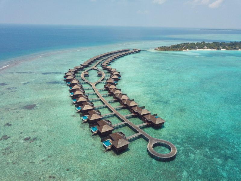 ハイダウェイビーチリゾートの水上ヴィラ上空写真