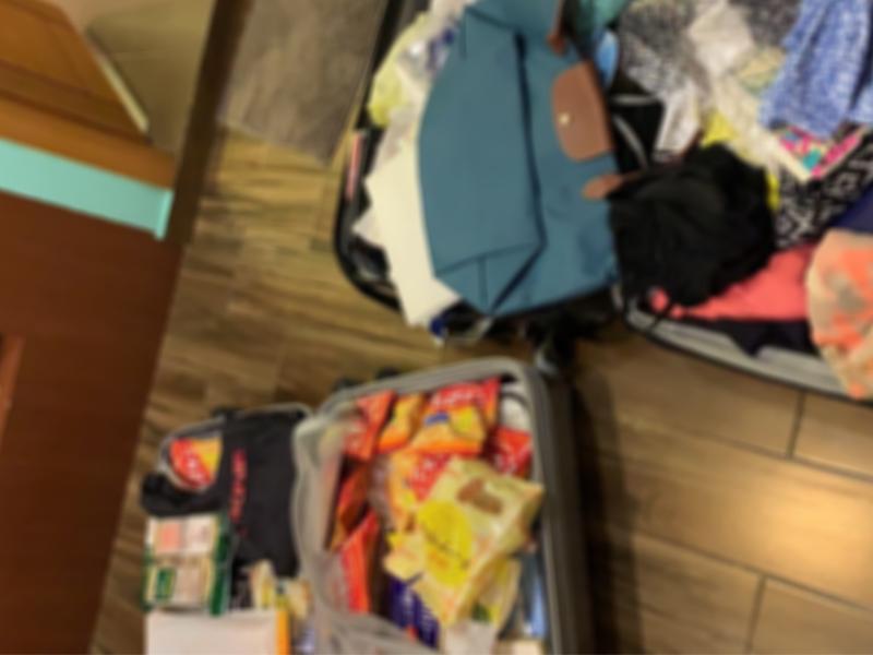ぐちゃぐちゃのスーツケース